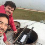 Los arquitectos Ishibashi y Netto instalando un proyector a 15 metros del suelo